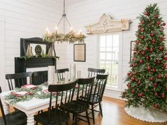 Fixer Upper: Renovation and Holiday Decor at Magnolia House Bed and Breakfast HGTV's Fixer Upper With Chip and Joanna Gaines HGTV Decor, Christmas Tree Decorating Ideas Pictures, Farmhouse Christmas Decor, Holiday Decor, Bed And Breakfast, House Beds, Fixer Upper Christmas, Magnolia Homes, Farmhouse Dining