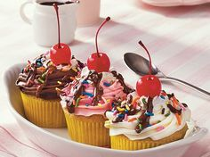 Treat your guests with banana cupcakes made using Betty Crocker® cake mix, frosting and candy sprinkles – a perfect baked dessert. Banana Split Cupcakes, Köstliche Desserts, Delicious Desserts, Awesome Desserts, Awesome Cakes, Mini Cakes, Cupcake Cakes, Rose Cupcake, Cupcake Recipes