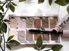 [productsample] There are lots of new launches coming from The Body Shop over the next few weeks, but I'm starting with these eyeshadow palettes because I think they're the best… Body Shop Products, Body Shop Skincare, Body Shop At Home, The Body Shop, Beauty Secrets, Beauty Tips, Beauty Hacks, Eye Palette, Eyeshadow Palette