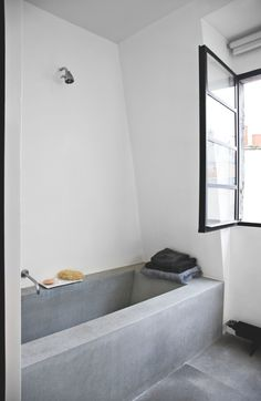 Industrial bathroom. Raw and minimal loft by Morten Holtum.