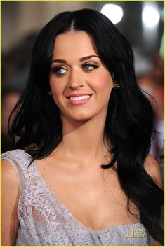 Katy Perry makeup. What you need: matte pink lipstick, sparkly brown eye shadow, mascara and a bronzer