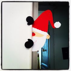 Un petit père Noël espion; Santa peeking around a corner Noel Christmas, Christmas Crafts For Kids, Christmas Projects, All Things Christmas, Holiday Crafts, Christmas Gifts, Christmas Ornaments, Theme Noel, Xmas Decorations