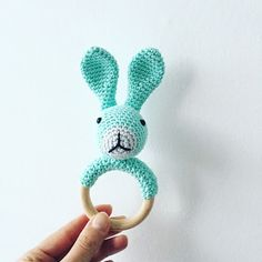 Bunny rattle crochet for your baby Freeform Crochet, Crochet Yarn, Crochet Toys, Free Crochet, Crochet Turtle, Crochet Rabbit, Modern Crochet, Crochet Gifts, Baby Crafts