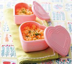 【バターにんじんライス】電子レンジで簡単に炊ける、ご飯レシピ。軽くおさえてひっくり返せば、ハートの抜き型としても使えるシリコンカップで作ります。  http://lecreuset.jp/community/recipe/butter_carrot_rice/