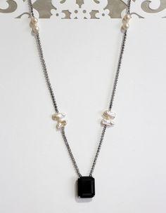 Delicado colar confeccionado com corrente grafite com cristais brancos, 2mm, pérolas cultivadas em água doce em formatos e tamanhos diversos,4mm, 8mm e 8x15mm, adornado com cristal negro, 20x25mm, detalhes e fecho em prata 925, acabamento diamantado. Comprimento: 63,00 cm.