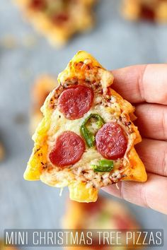 Are you looking for Holiday appetizer ideas? Why not make these cute Mini Christmas Tree Pizzas! They only take 30 minutes to make and look so festive. via recipes Mini Christmas Tree Pizzas - Happy Foods Tube Christmas Pizza, Christmas Dinner Menu, Christmas Buffet, Christmas Party Food, Xmas Food, Christmas Cooking, Christmas Foods, Christmas Holiday, Christmas Dinner Ideas Family