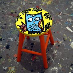 Banqueta em madeira pintada á mão. Medidas: 30cm x 45cm h #stool #banqueta #coruja #juamora ateliejuamora@gmail.com facebook.com/ateliejuamora