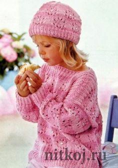 Розовый пуловер и шапочка.