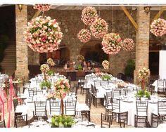 Organizar la boda en un claustro #boda #decoraciónboda #esferasdeflorescolgantes #arreglosflores