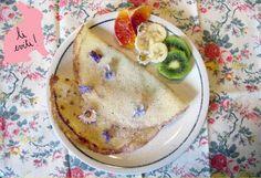 Crêpes di riso alla marmellata con fiori e fruttaPer Pasqua vi propongo una dolcezza leggera e profumata, una ventata di primavera nel piatto! Delle crêpes di farina e latte di riso con marmellata, frutta fresca e fiorellini di stagione. Per la marmellata io ho scelto un'ottima marmellata di prugne fatta in casa, ma potete scegliere il gusto che preferite.Ecco la ricetta![[MORE]]Ingredienti per circa 15 crêpes:250 gr. di farina di riso1/2 l. di latte di riso3 uova fresche40 gr. di burro…
