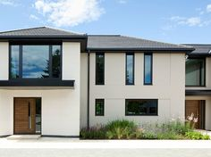 Exterior Chic House Building With Black And White Exterior Colors Feat Modern Wood Front Door Design Idea Wonderful Front Door in Modern House Design White Exterior Houses, Stucco Exterior, Modern Exterior, Exterior Design, Exterior Windows, Black Exterior, Stucco Siding, Exterior Colors, Contemporary Front Doors