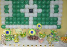 Bexigas formam campo de futebol! Mamães, mais fotos dessa festa infantil verde-amarela/Copa do Mundo em: http://mamaepratica.com.br/2014/06/12/mamae-em-festa-verde-e-amarelo/ Foto: blog Mamãe Prática Brazilian children's party