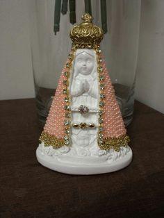 Nossa Senhora Aparecida (Baby), com 14 cm de altura e manto revestido em pérolas na cor rosa e detalhes em Strass . Ótimo como presente, lembranças ou decoração de quarto de bebes.