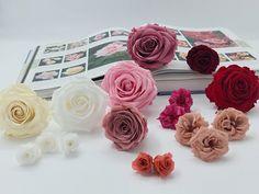 Febrero, y vamos a hablar de la elegancia de las rosas naturales y la variedad de rosas preservadas para la elección de tu ramo de novia. | Flores Akita Akita, Flowers, Plants, Hot Pink, Rose Varieties, Rose Trees, Floral Decorations, Wedding Bouquets, Plant