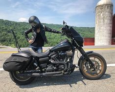 Being lost in the middle of nowhere is cool when you got a good bike and a good woman ! Hd Design, Dyna Low Rider, Racing Helmets, Street Bob, Harley Davidson Dyna, Club Style, Bike Life, Cool Bikes, Motorcycles