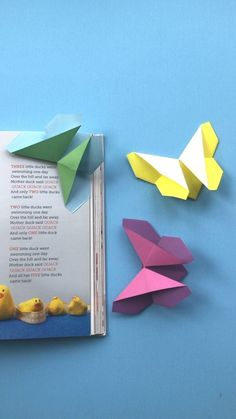 origami bookmark Oh my! What a cute Origami Butterfly for kids! Not only is it an easy paper butterfly pattern but it also doubles up as an origami butterfly bookmark corner! Lovely little paper gift for kids to make on Mothers Day or for a teacher! Instruções Origami, Cute Origami, Origami Ball, Paper Crafts Origami, Origami Stars, Paper Crafting, Origami Ideas, Origami Crown, Paper Folding Crafts