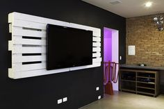 I would make an entire entertainment center by flipping an additional pallet upside down against the wall to shelf movies as well as 2 wooden crates mounted to each side to support dvd player and other a/v equipment.... Recycled Pallets, Recycled Wood, Wood Pallets, 1001 Pallets, Pallet Madeira, Mirror Tv, Reclaimed Wood Projects, Diy Pallet Projects, Pallet Ideas