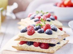 Snelle millefeuille met vanilleroom en rood fruit Quick millefeuille with vanilla cream and red fruit – Libelle Lekker A delicious summer dessert with raspberries, strawberries and blueberries. Raspberry Desserts, Köstliche Desserts, Summer Desserts, Delicious Desserts, Yummy Food, Vegan Mexican Recipes, Fruit Recipes, Cupcake Recipes, Spaghetti Eis Dessert
