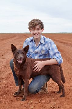 Red dog True blue is a prequel to the movie Red dog. In Red dog True blue an adult Mick tells the story of his childhood dog (and best friend) Blue. Levi Miller, Film Red, Kids Photography Boys, A Wrinkle In Time, Young Celebrities, Red Dog, Modern Kids, Poses, New Image
