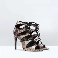 Sandalias estilo corsé en print de serpiente de Zara (49.95€). - MujerHoy