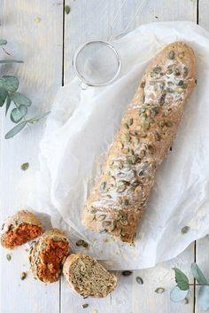 Glutenvrij stevig stokbrood met een robuust karakter, gemaakt in een handomdraai. Iers sodabroodje met pompoenpitten. Kidsproof en eenvoudig om te maken.