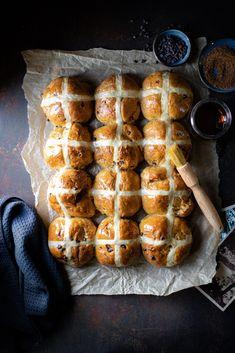 Healthy Dessert Recipes, Baking Recipes, Easter Recipes, Holiday Recipes, Amazing Food Photography, Hot Cross Buns, Holiday Baking, Creative Food, Food Inspiration