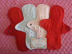 Compresas de noche Luna de Pergamino. Con doble absorbente, totalmente impermeables gracias a una capa interior de PUL, y con forma ergonómica. Disponible en tamaño extra largo  #clothpads #lunadepergamino #compresasdetela #menstruacionconsciente