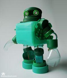 Robot hecho con envases de pet y tapitas. So cute ñ___ñ