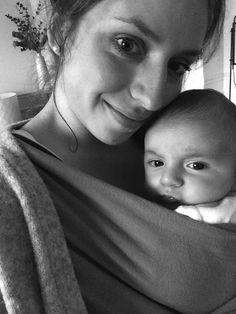 { Portrait de maman#27 : Céline, décoratrice d'intérieur et blogueuse } Céline, maman, Robin, bébé en écharpe, Frenchy fancy