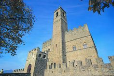 Castello di Poppi Arezzo. Vacanze in casentino Toscana  Castle of Poppi Arezzo. Holidays in Casentino Tuscany www.borgotramonte.it Tower Bridge, The Locals, Tuscany, Notre Dame, Sustainability, Tourism, Most Beautiful, Building, Travel