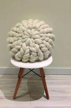 almohadón nórdico redondo tejido xxl 100% lana merino Almohadones tejidos a mano Muchas mas cosas lindas para ver en https://www.facebook.com/aradiatejidos/