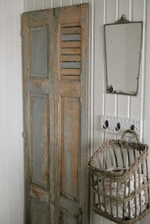 Old shutters for folding screen; I like the basket for storage. Eco Deco, Estilo Shabby Chic, Old Shutters, Shutter Doors, Old Doors, Cool Ideas, Country Decor, Cottage Style, Decoration