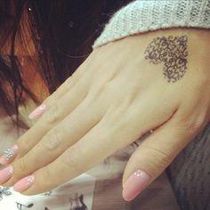 tatoos-für-frauen-ein-kleines-herz-auf-der-hand und schöne Nägel