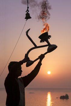 Sunrise ritual performance at Varanasi, India. Photo by Tuyet Trinh Do India Travel, Us Travel, Temple India, Sun Worship, Ganesha Painting, Buddha Meditation, Indian Architecture, India Tour, 1st Century