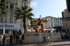 Transformers 2 dans Cannes (MAI 2009) THE CARLTON HOTEL (VIDEO DU TRANSFORMER GEANT) - A LA POURSUITE DU 7EME ART