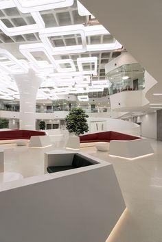 """Для атриума в офисе крупнейшего индийского девелопера Bearys Group разработан дизайн-проект, который назван """"Лучшим зарубежным проектом"""". • Проект под названием Reflected Topography – ни что иное как искусный ответ архитекторов на довольно сложный бриф клиента по разработке многофункционального общественного пространства, которое служит ресепшн, зоной ожидания, местом для отдыха и приватных встреч. • Архитектурной доминантой лобби стала центральная колонна, которая поддерживает кессонную…"""