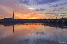 Un coucher de soleil fait refléter la basilique Saint-Michel sur la Garonne #Sunset #Bordeaux