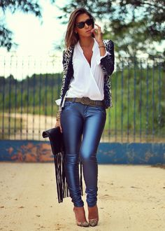 Calça de Couro e Cardigan de Oncinha #INDICOLORCOATINGSHINY #jeanswear #streetstyle #coating #brilhos #shinepants #FocusonJeans® #FocusTextil