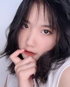 Short Grunge Hair, Pink Wallpaper Iphone, Cute Korean Girl, Aesthetic Girl, Asian Woman, Ulzzang, Curly Hair Styles, Photo Editing, Beautiful