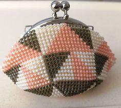 WEBSTA: 私が編み図を考えて母が作成しました #ビーズがま口#ビーズ編み#ビーズ編みがま口#crochet#beads #beadscrochet #beadcrochet #がま口#がま口財布 #サンカク#triangle