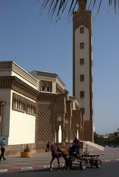 Nova mesquita de Agadir e cavalo puxando carroça com pneus. No Marrocos.  Fotografia: Hervé Placide no Flickr.