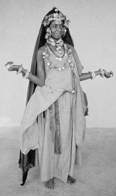 Young dancer hartania of the Ahel Saleh with her right shoulder bare .- Photograph by Jean Besancenot (1902-1992)