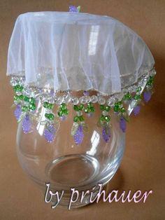 Produto em tule bordado em pedrarias (folha, uva e bolinhas), nas cores lilás, verde e transparente. Diâmetro: 23cm.