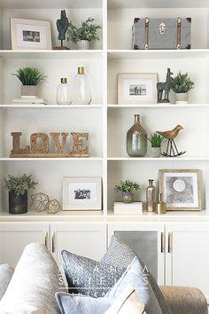 Styling Bookshelves, Decorating Bookshelves, Bookshelf Design, Bookshelf Ideas, Bookcases, Built In Shelves Living Room, Shelf Ideas For Living Room, Dining Room Shelves, Kitchen Shelf Decor