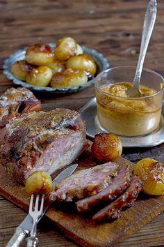 Pierna de cordero rellena de pasas y piñones con salsa de tomillo.