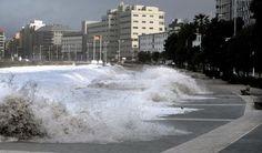 Las olas se tragan el paseo marítimo