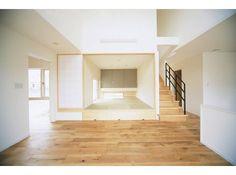 → 4/7 リビング 床材には、ユーロオークアンティークが使用されており、自然素材なので、年月が経つごとに床材にも味がでてきます。小上がりになった和室の床には収納スペース、障子も取り付けてあるので、来客時に利用することが可能です。