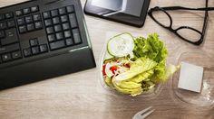 Quoi et comment manger quand votre horaire de travail ne permet pas de prendre vos trois repas quotidiens aux heures habituelles. 6 trucs et astuces.