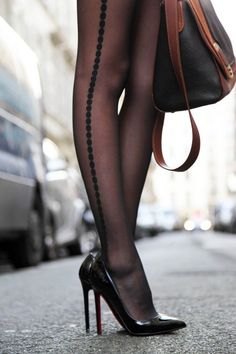 Detailed stockings and Louboutin pumps Pantyhosed Legs, Casual Chique, Mode Shoes, Foto Fashion, Hot High Heels, Stocking Tights, Sexy Stockings, Wolford Stockings, Stockings Lingerie