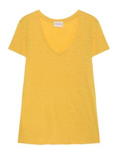 T-Shirt aus Viskose-Mix Locker sitzendes, leicht ausgestelltes T-Shirt aus einer hochwertigen Viskose-Baumwollmischung im gelben Butterblumen-Ton mit V-Ausschnitt und leicht aufgerolltem Saum.  Das perfekte Basic für die verschiedensten Looks!